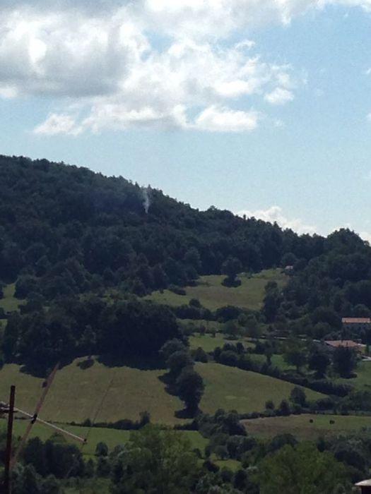 Carovilli (Isernia): zona boschiva dove è precipitato un cacciabombardiere italiano, in lontananza il fumo dell'incendio